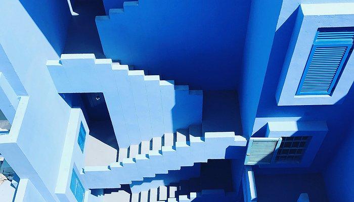 Labyrinthe bleu avec des escaliers