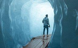 Un homme sort d'une caverne