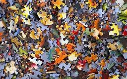 Une pile de pièces de puzzles en désordre
