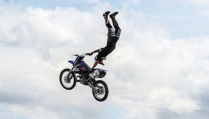 Un homme sur une moto dans les airs
