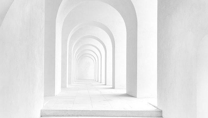 Un escalier donne sur une série d'arcades blanches