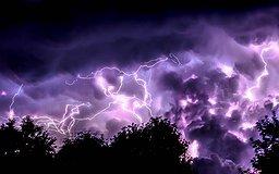 Des éclairs zèbrent le ciel