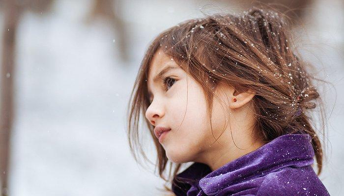 Une petite fille à l'air triste